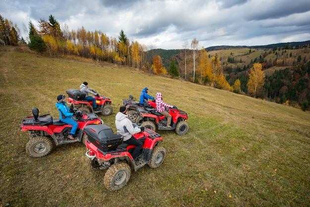 丘の中腹にあるオフロードクワッドバイクのatvライダー5人 Premium写真