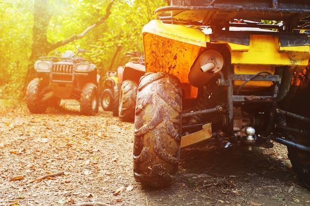 森の中、泥の中のatv。泥の中のホイールとatv要素のクローズアップ Premium写真