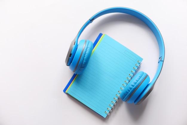 Концепция аудиокниги с наушниками и блокнотом Premium Фотографии