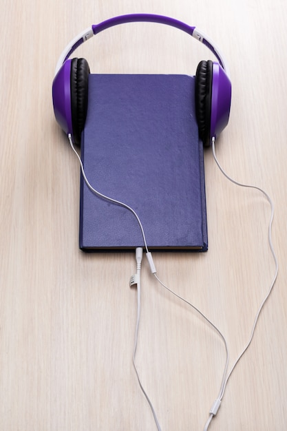 Audio books  with old book and headphones Premium Photo
