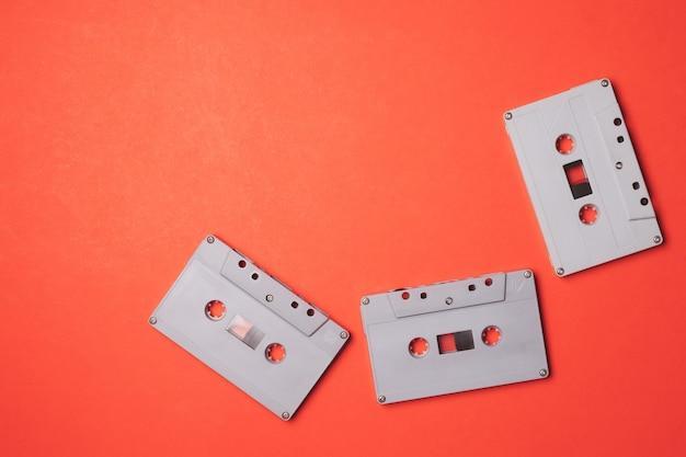 オレンジの背景にオーディオカセットテープ。テキストの空き領域 Premium写真
