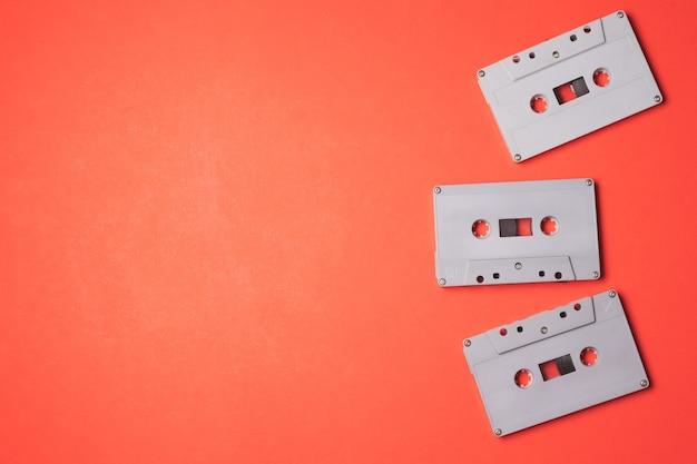 Аудио кассеты на оранжевом фоне. свободное место для текста Premium Фотографии