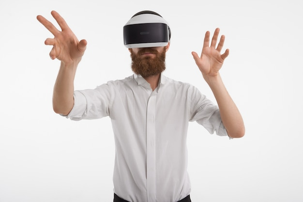 증강 현실, 혁신, 프로그래밍 및 미래 개념. 수염이 뭔가를 만질 때 그 앞에서 손을 잡고 Vr 헤드셋을 쓰고 포즈를 취하는 형태가 이루어지지 않은 남성 무료 사진