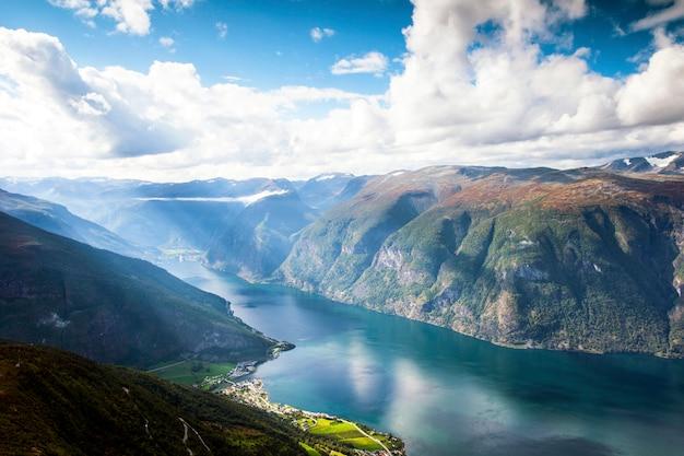 Красивый ландшафт горы в aurland и aurlandsfjord в солнечном свете, sogn og фьордане, норвегии. Premium Фотографии