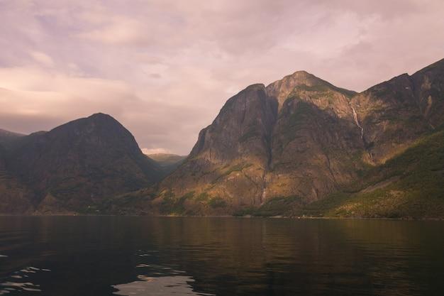 Aurlandsfjorden и nærøyfjord, два из самых замечательных гербов sognefjorden (фьорд снов) в норвегии. Premium Фотографии