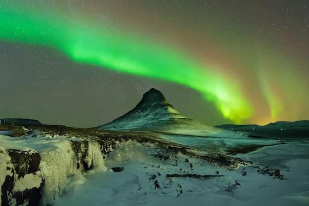 겨울에 북쪽 아이슬란드에서 산 위의 오로라 보 리 얼리스 프리미엄 사진