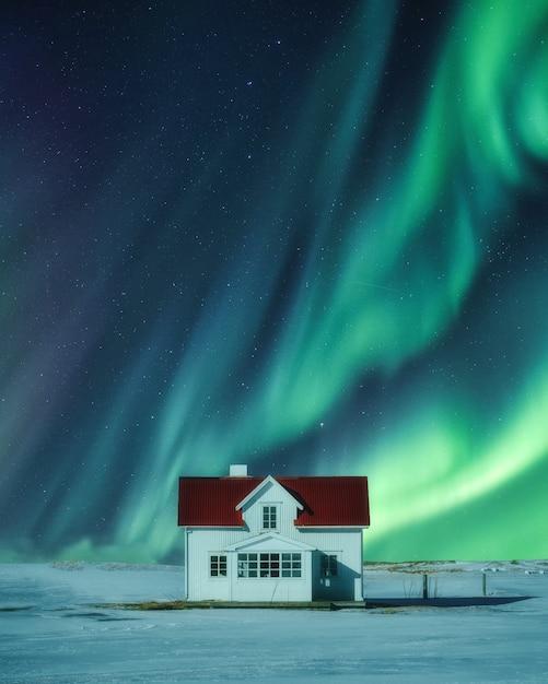 스칸디나비아에서 겨울에 눈에 백악관 위에 오로라 보 리 얼리 스 프리미엄 사진