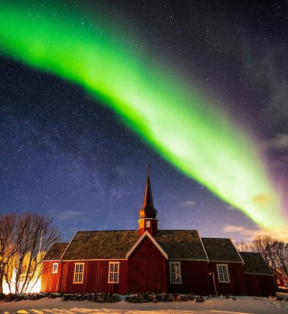 밤에 교회 성소 위에 별이 빛나는 오로라 보 리 얼리 스, Lofoten 섬, 노르웨이 프리미엄 사진
