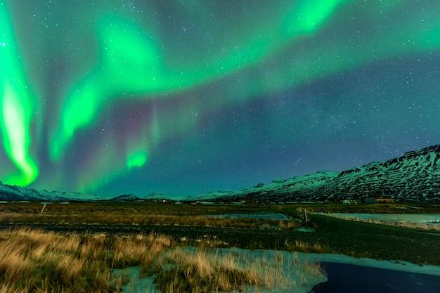 아름다운 산 위로 떠오르는 오로라. 아이슬란드에서 프리미엄 사진