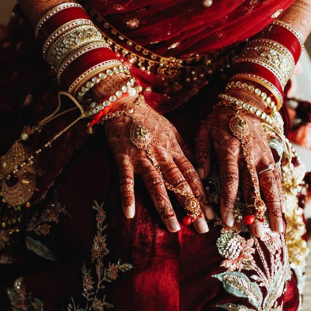 ヘナの本物のインドのウェディングブレスレットと色の手 無料写真
