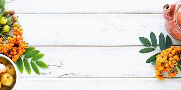 秋の背景。白い木製のテーブルの砂糖シロップの楽園りんご。トップビュー 無料写真