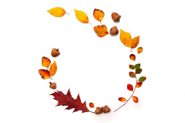 自然な装飾が施された秋の背景。秋の乾燥葉で作られた花輪。フラット横たわっていた、トップビュー。季節限定のプロモーションや割引のためのスペースをコピーします。秋、感謝祭のコンセプト Premium写真