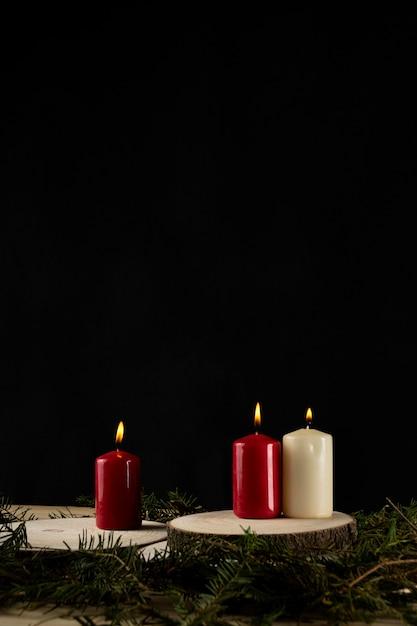 Candele autunnali su fette di legno con tasso Foto Gratuite