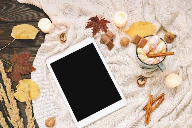 마쉬 멜 로우, 견과류, 계 피, 격자 무늬, 사과와 말린 단풍, 코코아 머그잔으로 만든 가을 구성 프리미엄 사진