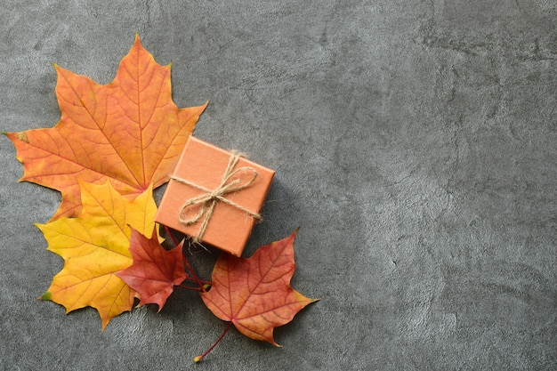 Autumn composition. maple leaves and gift box. flat lay, top view Premium Photo