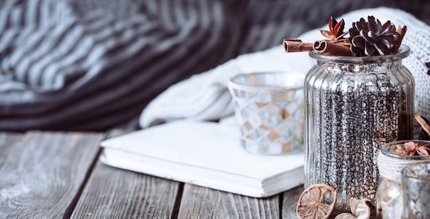 Осенняя композиция с книгой и специями Premium Фотографии