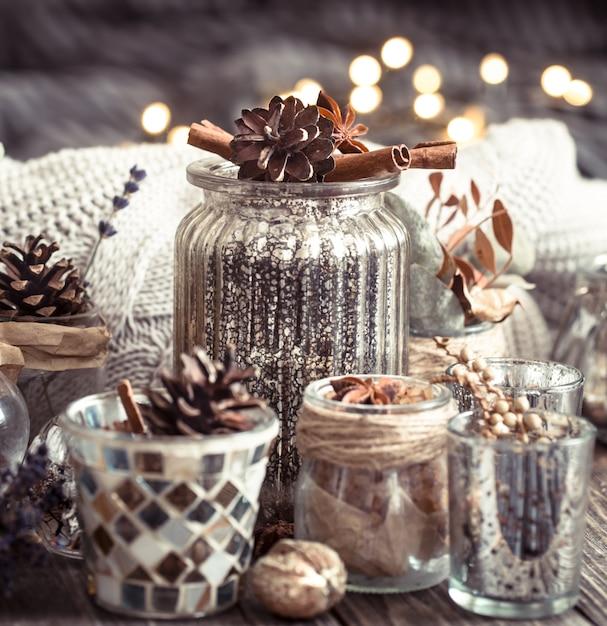 Осенняя композиция с чашками и специями Premium Фотографии