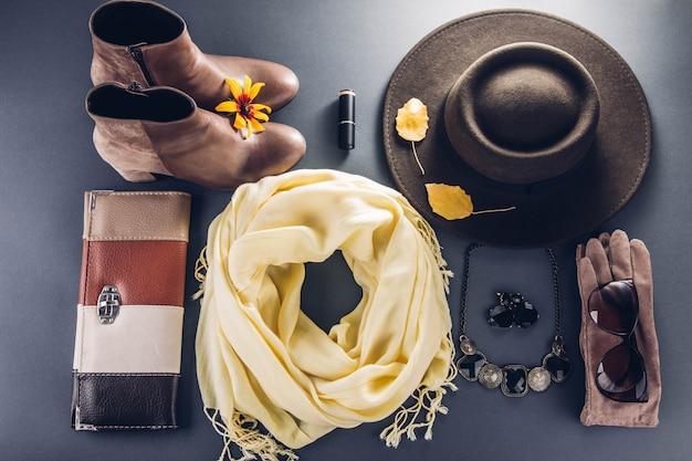 秋の女性服。服、靴、アクセサリーのセット Premium写真
