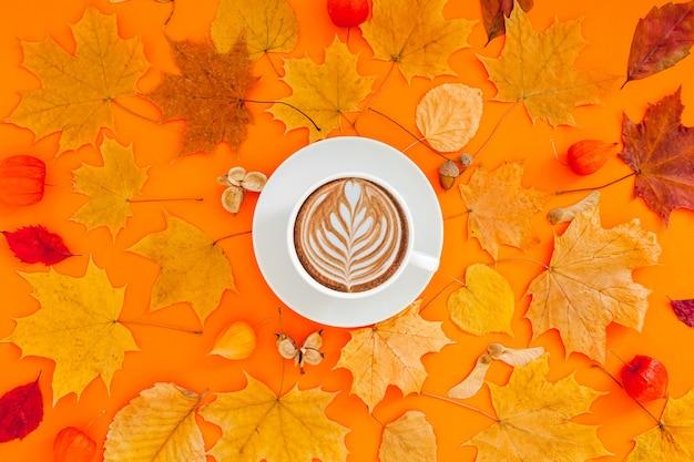 乾燥した葉とコーヒーカップの秋フラットレイアウト構成 Premium写真