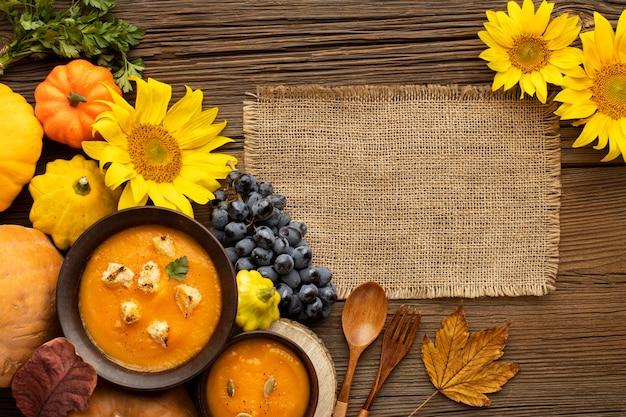 Осенняя еда тыква и грибной суп копией пространства Бесплатные Фотографии