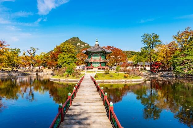Autumn of gyeongbokgung palace in seoul. Premium Photo