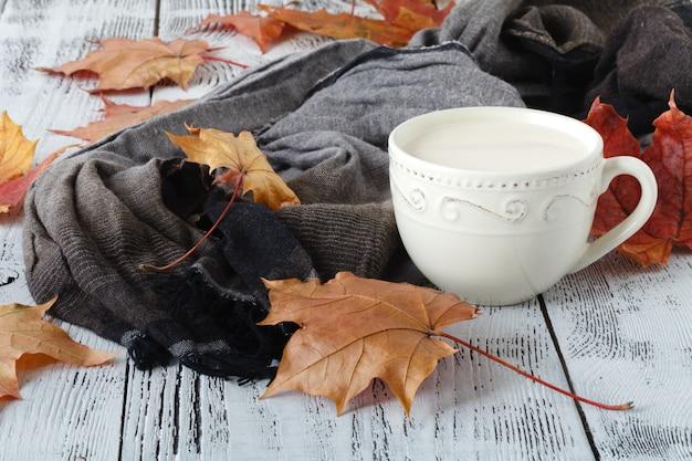 Осенние листья и состав черного кофе. кофейная чашка на выдержанной деревенской деревянной предпосылке. осень концепция горячих напитков Premium Фотографии