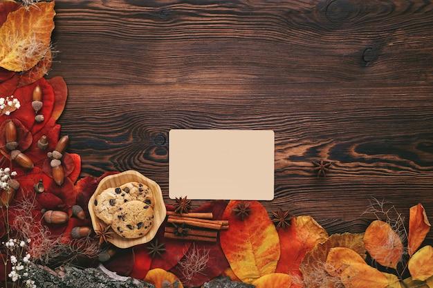 秋の紅葉、クッキー、お茶、木のグリーティングカード Premium写真