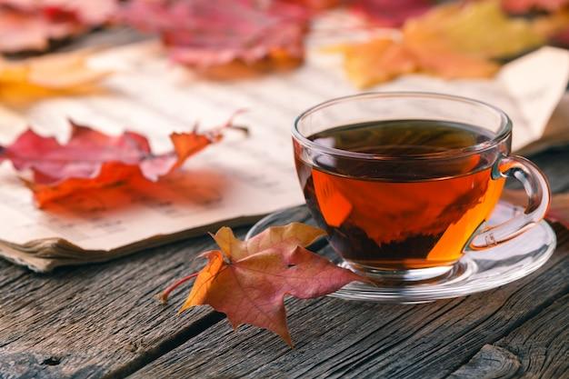 Осенние кленовые листья на деревенском столе Premium Фотографии
