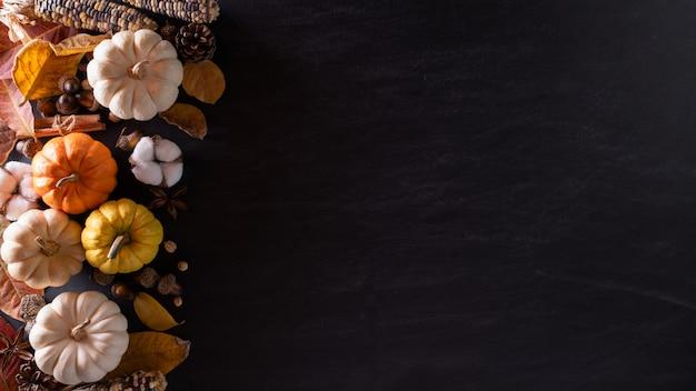 秋のもみじは感謝祭の日にカボチャを離れます。 Premium写真