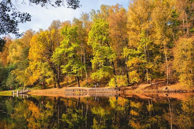 가을 공원 호수 Tsaritsyno, 모스크바에 의해 붉은 나무와 아름다운 가을 풍경 프리미엄 사진