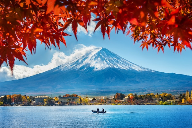 Осенний сезон и гора фудзи на озере кавагутико, япония. Бесплатные Фотографии