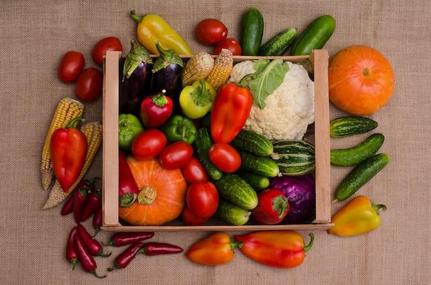 木製の箱で野菜の秋の静物 Premium写真