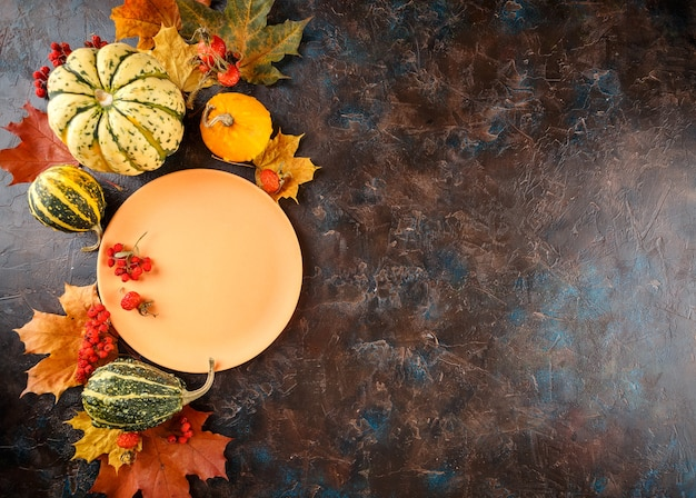 Осенняя сервировка стола с тыквами. ужин благодарения и осеннее украшение. вид сверху. Premium Фотографии