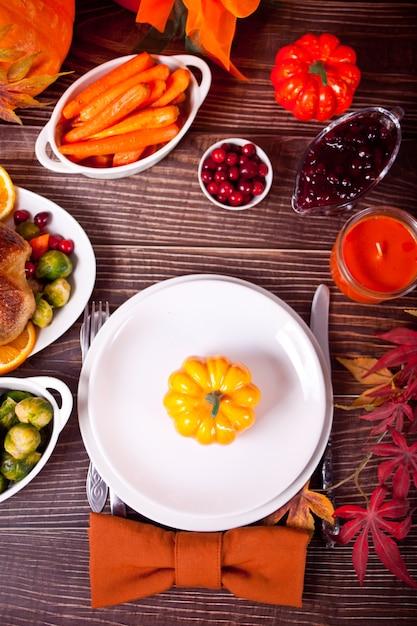 カボチャと秋のテーブルセッティング。 Premium写真