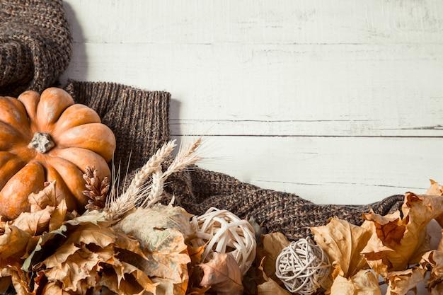 Осенняя стена с элементами декора и тыквой. Бесплатные Фотографии