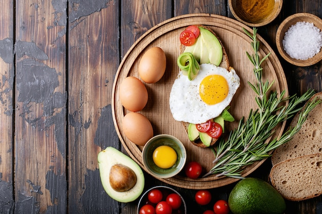 Avacado toast with cooked egg Premium Photo