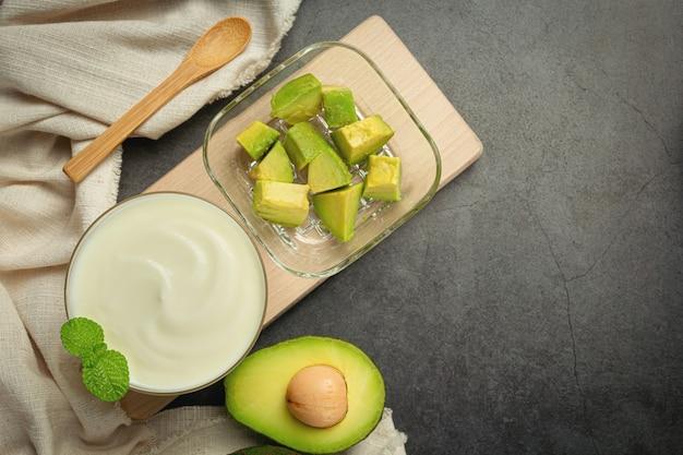 Авокадо йогурт из авокадо продукты из авокадо пищевая концепция питания. Бесплатные Фотографии