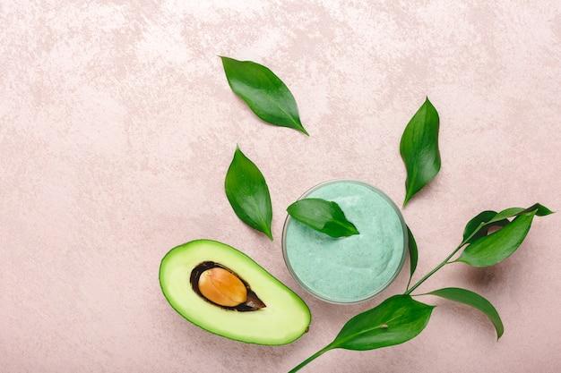 Маска для лица из авокадо в стеклянной банке с листьями и авокадо Premium Фотографии