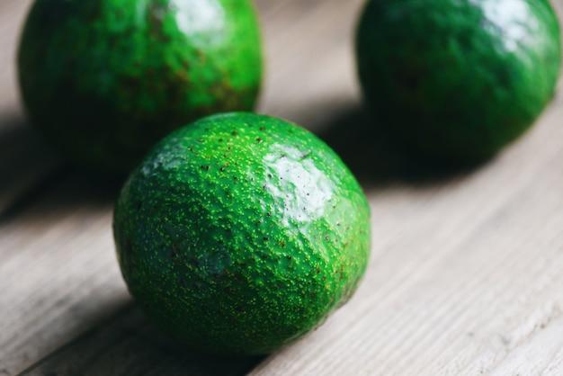 Плоды авокадо на деревянном Premium Фотографии