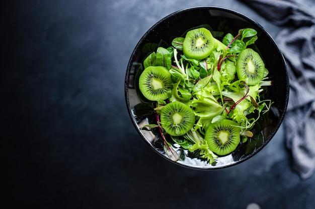 Авокадо, киви, салат, салат, микс, листья, готовые к приготовлению и употреблению на столе, здоровая еда, закуска Premium Фотографии