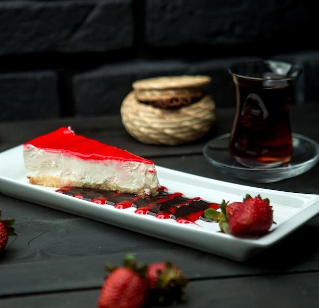 いちごのaze薬でコーティングされた古典的な豆腐チーズケーキ 無料写真