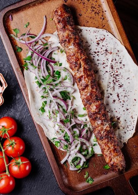 Kebab azero di lule in pane lavash con insalata verde cipolla. Foto Gratuite