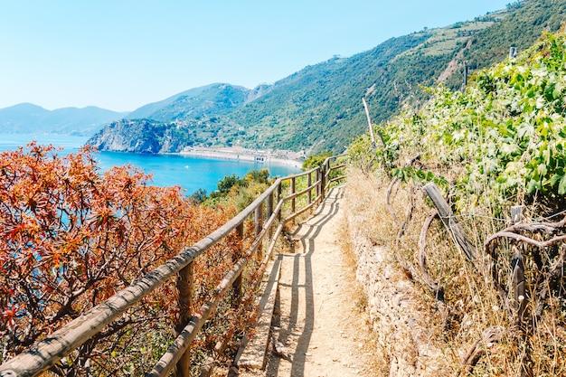 Azureトレイルは、すべてのチンクエテッレで最もシンプルで、最も有名で、最も訪問されたトレイルです Premium写真