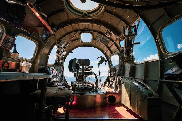 空軍基地での第二次世界大戦のb-17爆撃機の内部 無料写真