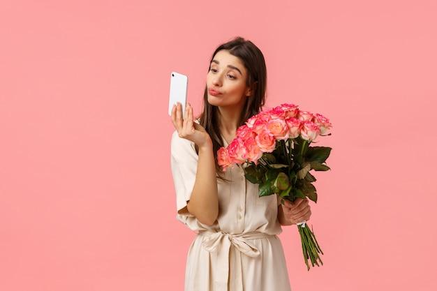 ロマンス、関係、美容のコンセプト。花束を受け取っている柔らかくて馬鹿げたコケティッシュなbデーの女の子 Premium写真