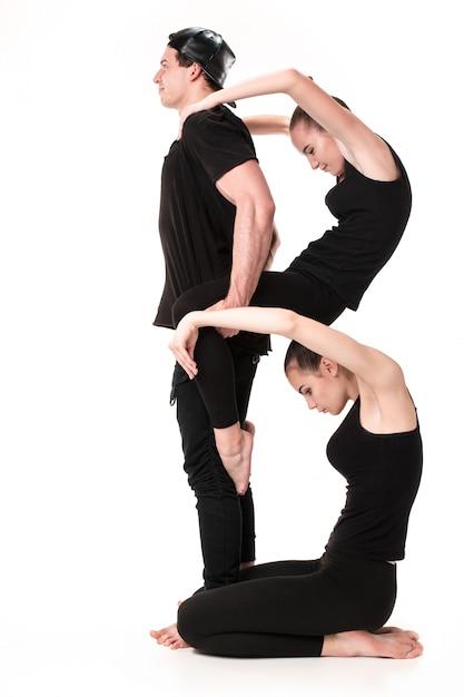体操選手の体によって形成された文字b 無料写真