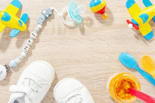 ヘルスケア、遊んで、テーブルを食べさせるための赤ちゃんのアクセサリー。フラットレイ。赤ちゃんや子供のコンセプト。 無料写真