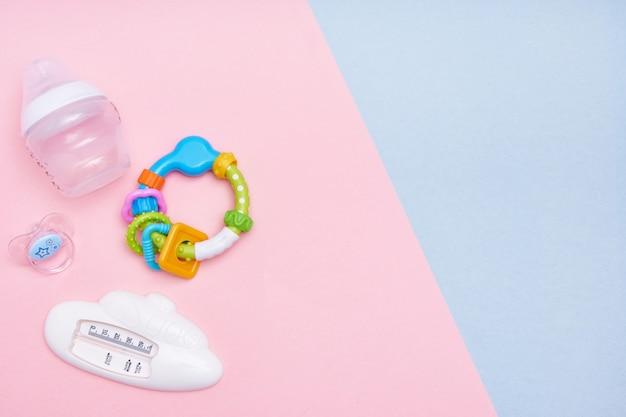 Детские аксессуары на розовом и синем фоне. квартира лежала. вид сверху копирование пространства. Premium Фотографии