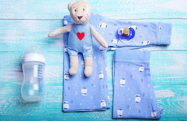 Детская одежда для тела на свету Premium Фотографии