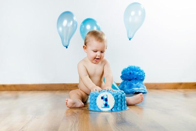 Мальчик, отмечающий свой первый день рождения с тортом для гурманов и ба Бесплатные Фотографии